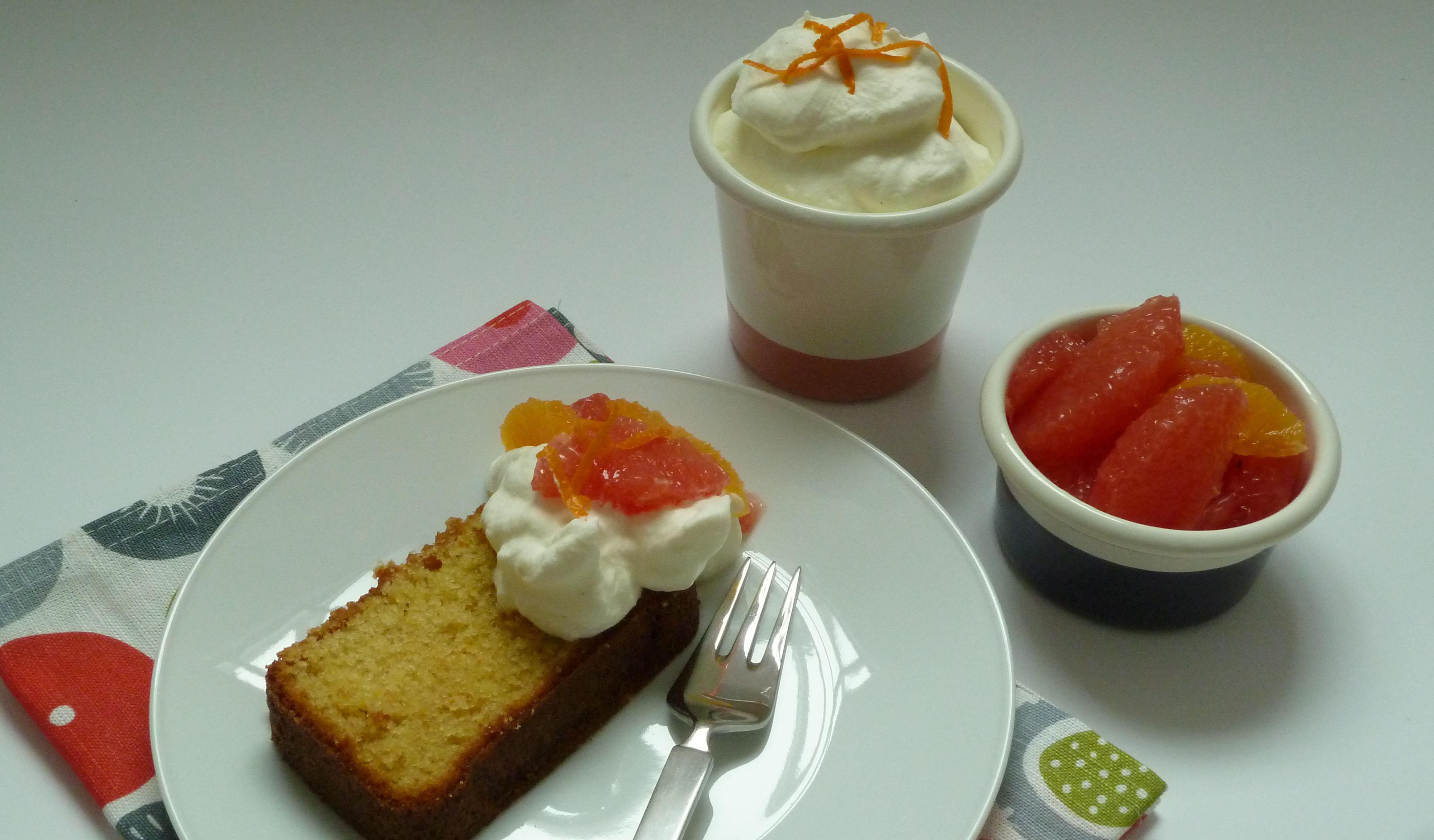 Kuchen mit Sahne und Obst